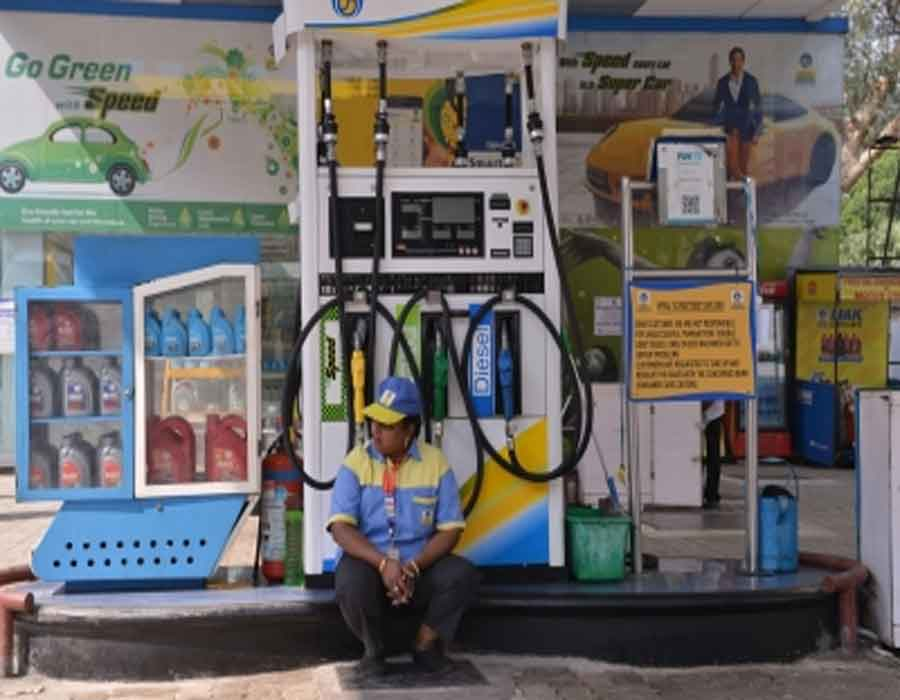 Fuel prices rise for third day, closing on Rs 100/lt in Mumbai